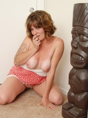Hot tattooed brunette in sexy short red and white dress - Picture 1