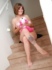 Smiling chick in hot black lingerie on stairways plays - Picture 3