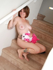 Smiling chick in hot black lingerie on stairways plays - Picture 4