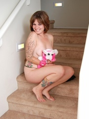 Smiling chick in hot black lingerie on stairways plays - Picture 5