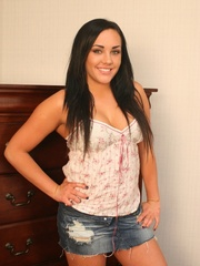 Honey flavor big bodied babe in sexy jeans short and - Picture 2