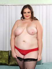 Plumper chick in red and black lacy lingerie strips but - Picture 2