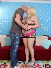 Blonde heavyweight does a dude on a red couch for a - Picture 2