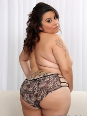 Tattooed lady in leopard print lingerie strips and does - Picture 6