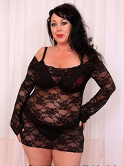Raven-haired chubster in black lingerie spreading legs - Picture 1