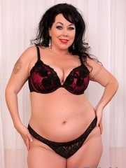 Raven-haired chubster in black lingerie spreading legs - Picture 2