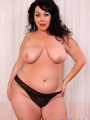 Raven-haired chubster in black lingerie spreading legs - Picture 4