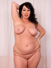 Raven-haired chubster in black lingerie spreading legs - Picture 6