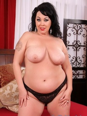 Raven-haired chubster in black lingerie spreading legs - Picture 7