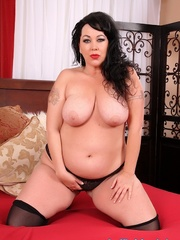 Raven-haired chubster in black lingerie spreading legs - Picture 8