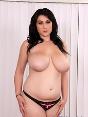 Chubby raven-haired beauty in a black dress spreads - Picture 5