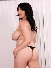 Chubby raven-haired beauty in a black dress spreads - Picture 6