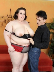 Lucky little guy gets fat brunette laid on a red sofa. - Picture 4