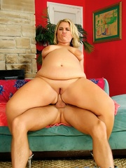 Naked blonde plumper gets her snatch stuffed with cock - Picture 5