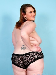 Chubby brown-haired dame in black lacy lingerie disrobes - Picture 5