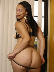 Lingerie clad Keisha Kamble has small tits and a fat ass - Picture 7