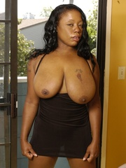 Goldie takes off tiny black dress to masturbate with - Picture 2