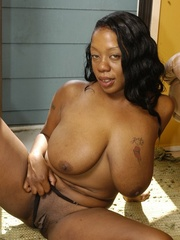 Goldie takes off tiny black dress to masturbate with - Picture 7