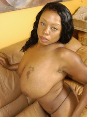 Goldie takes off tiny black dress to masturbate with - Picture 8