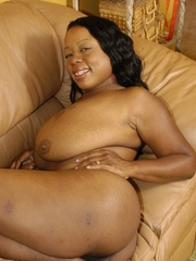 Goldie takes off tiny black dress to masturbate with - Picture 9