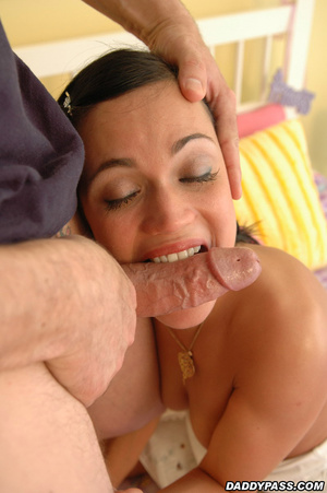 Babe takes a facial from a dude on a bed with checkered sheets. - XXXonXXX - Pic 2