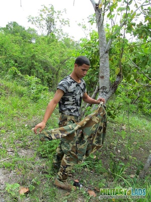 Dude takes off his camo threads and beats his meat near a tree. - XXXonXXX - Pic 6