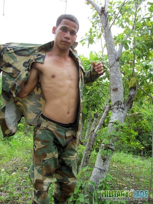 Dude takes off his camo threads and beats his meat near a tree. - XXXonXXX - Pic 9