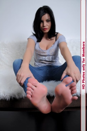 Tasty babe in top and blue jeans displays her clean well taken cared of feet - XXXonXXX - Pic 4