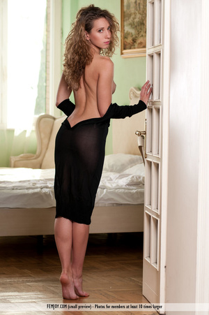 Superb broad drops her black dress and poses nude in bed. - XXXonXXX - Pic 2