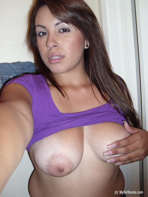 Big-breasted brunette pulls up purple top in a series of scintillating selfies. - XXXonXXX - Pic 6