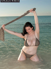 Fat babe posing by the beach wearing her big leopard - Picture 5
