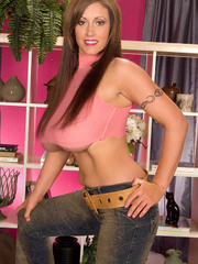 Gorgeous chick pulls down her jeans and displays her big - Picture 4