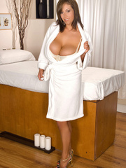 Busty mom takes off her white robe and pose her luscious - Picture 1