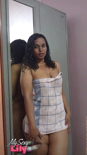 Indian hottie fresh from the shower takes off her blue and white checkered towel and bares her chubby body with soggy boobs and juicy big booty. - XXXonXXX - Pic 4