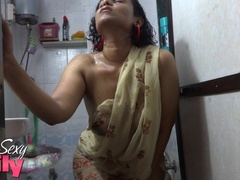 Indian hottie wraps herself with her white and - XXXonXXX - Pic 5