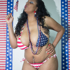 Big fat black babe displays her big body in American - Picture 2