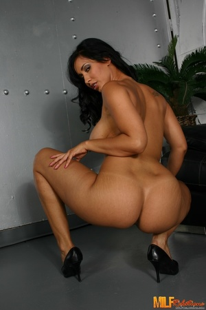 Foxy MILF with banging body strips off h - XXX Dessert - Picture 4
