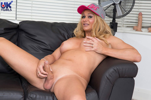 Busty blonde reveals her meat when the j - XXX Dessert - Picture 13