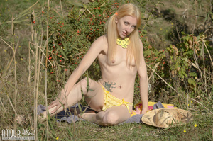 Blonde model with a hat posing in the field - XXXonXXX - Pic 3