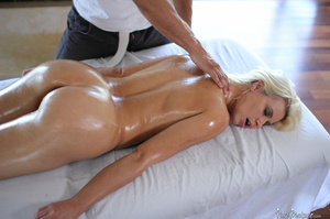 Blonde MILF seduces her masseur and gets - XXX Dessert - Picture 4