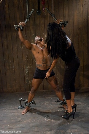 Athletic ebony tranny hangs in the air w - XXX Dessert - Picture 4