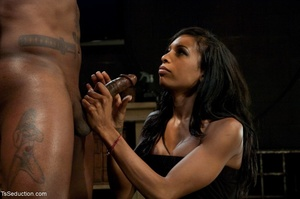 Athletic ebony tranny hangs in the air w - XXX Dessert - Picture 5
