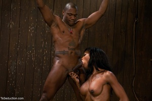 Athletic ebony tranny hangs in the air w - XXX Dessert - Picture 6