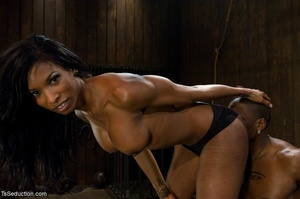 Athletic ebony tranny hangs in the air w - XXX Dessert - Picture 10
