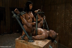 Athletic ebony tranny hangs in the air w - XXX Dessert - Picture 14