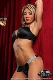 impressive blondie shows muscles