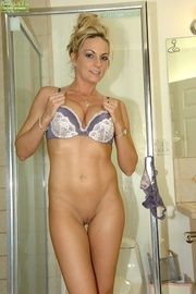 curvy cougar plays with