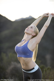 muscled blonde babe shows