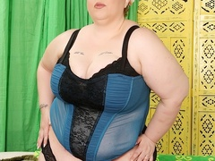 Big chubby brunette in blue and black lingerie plays - Picture 2