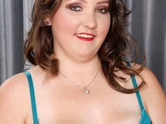 Plump brunette drops black and blue lingerie to pose - Picture 2